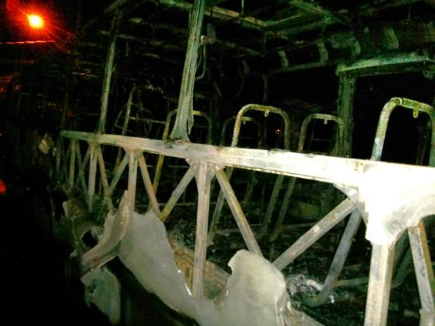 Um dos ônibus incendiado ficou destruído (Foto: Cláudio Nascimento / TV TEM)