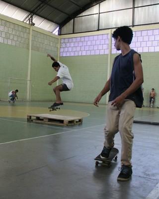 Alunos utilizam uma quadra anexo ao colégio para andar de skate (Foto: Divulgação)