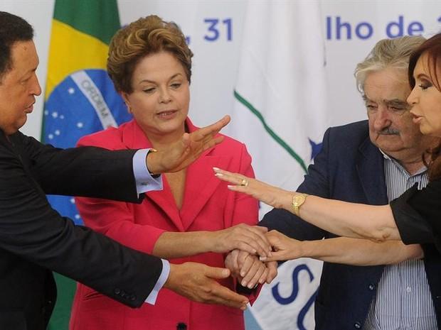 A presidente Dilma Rousseff, na condição de presidente Pro Tempore do Mercosul, oficializa a inclusão da Venezuela no bloco econômico, em declaração no Palácio do Planalto (Foto: Agência EFE)
