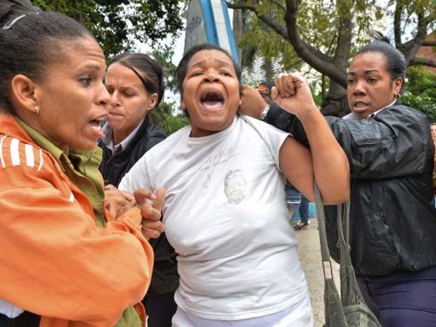 Mulher do grupo Damas de Branco é presa nesta quarta-feira (10) em Havana durante manifestação pelo Dia dos Direitos Humanos (Foto: AFP Photo/Adalberto Roque)