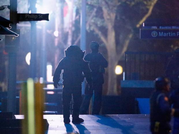 Policiais fortemente armados são vistos do lado de fora do café Lindt, onde pessoas eram mantidas reféns, no centro de Sydney, na Austrália (Foto: Jason Reed/Reuters)
