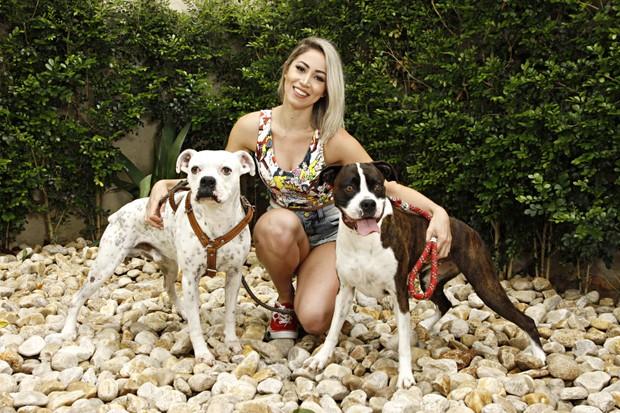 Carol Narizinho posa com seus cachorros, da raça boxer (Foto: Celso Tavares/EGO)