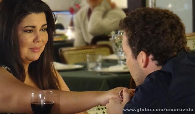 Pérsefonbe nem acredita no que está acontecendo (Foto: Amor à Vida/TV Globo)