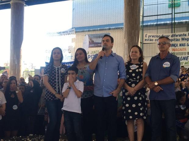 Capitão Wagner (PR), ao lado dos pais, esposa e filhos, durante convenção que homologou sua candidatura (Foto: Taís Lopes/TV Verdes Mares)