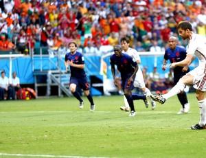Xabi ALonso gol no jogo Espanha x Holanda (Foto: Reuters)