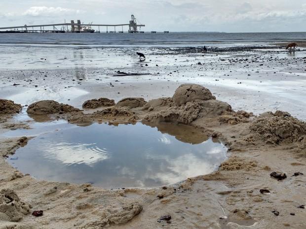 Naufrágio na Vila do Conde - resíduosna praia (Foto: Alexandre Yuri/G1)