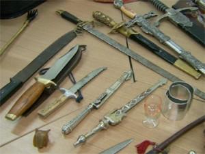 Facas e espadas encontradas na casa de 'Cadinho' (Foto: Reprodução / EPTV)