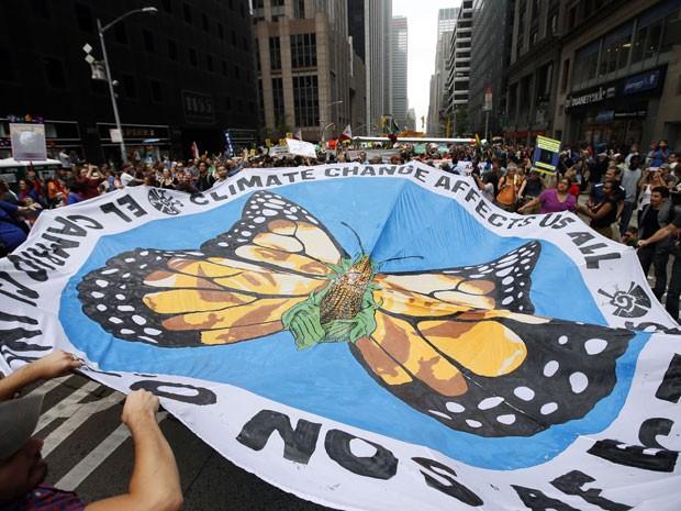 Nova York teve marcha para pedir proteção ao meio ambiente no último domingo (21) (Foto: Jason DeCrow/AP)