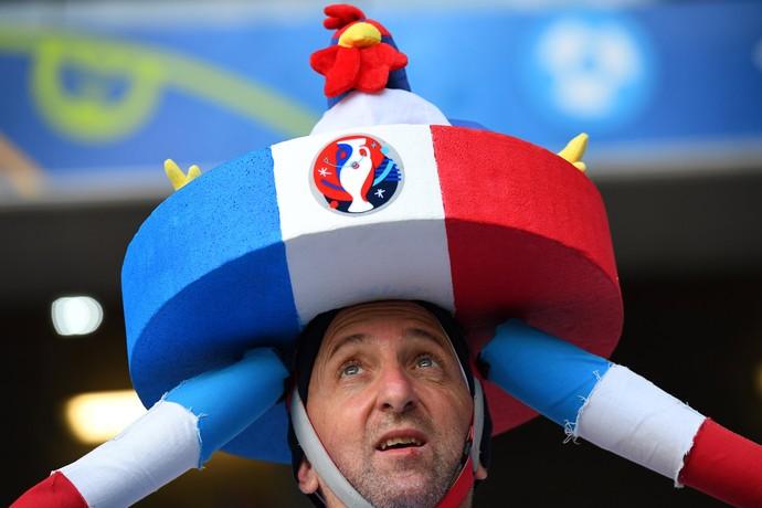 Torcedor da França com enorme chapéu com galo em cima (Foto: AFP/Franck Fife)