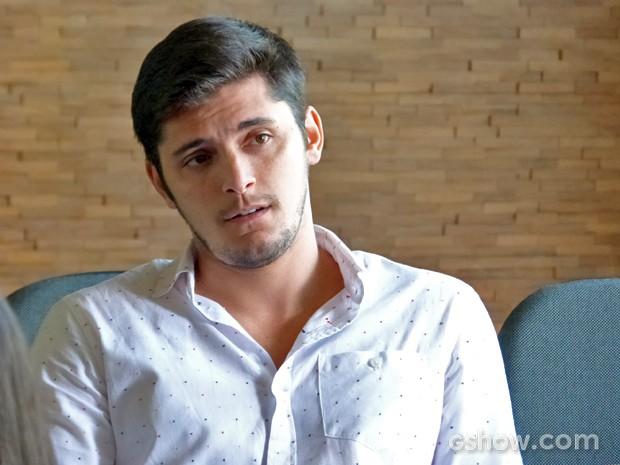 André fica de olho em Bárbara (Foto: Em Família/ TV Globo)