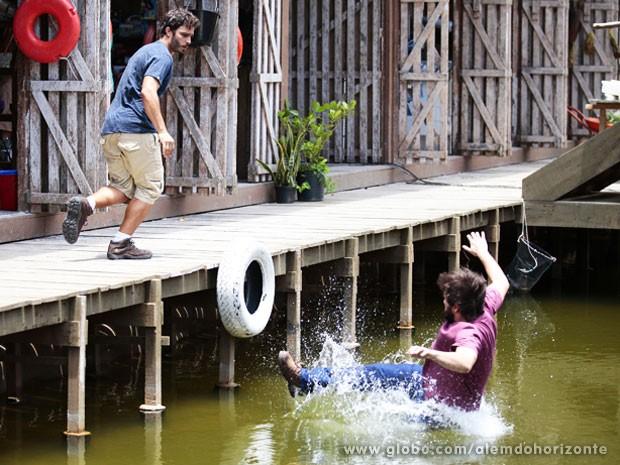 William empurra Assis na água para salvar Nilson (Foto: edro Curi/TV Globo)