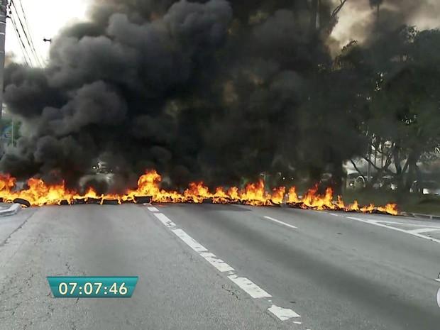 Protesto interdita Marginal Pinheiros (Foto: Reprodução/TV Globo)