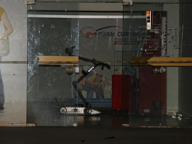 Equipes fazem varredura em área de supermercado que teve caixa eletrônico explodido no DF (Foto: Corpo de Bombeiros DF/Divulgação)