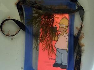 Iphone foi encontrado a cinco metros de profundidade. Adolescente perdeu aparelho no dia 31 de dezembro. (Foto: Arquivo pessoal/Julio Fiadi)