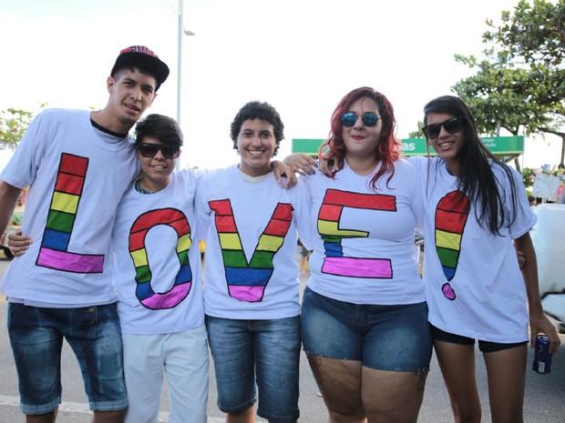 Amigos confeccionaram camisas para a parada (Foto: Jonathan Lins/G1)