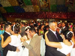 Depois da confirmação dos noivos, o clima junino deu espaço à tradição e todos dançaram uma valsa no piso da Pirâmide (Foto: Rafael Melo/G1)