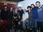 Elenco de 'Liberdade, Liberdade' faz festa de despedida em bar no Rio