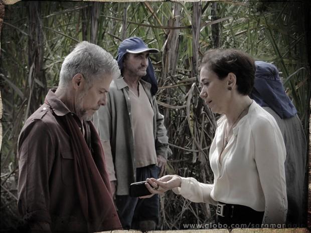 Vitória vai até o canavial dos Rosados devolver o celular de Zico (Foto: Saramandaia/ TV Globo)