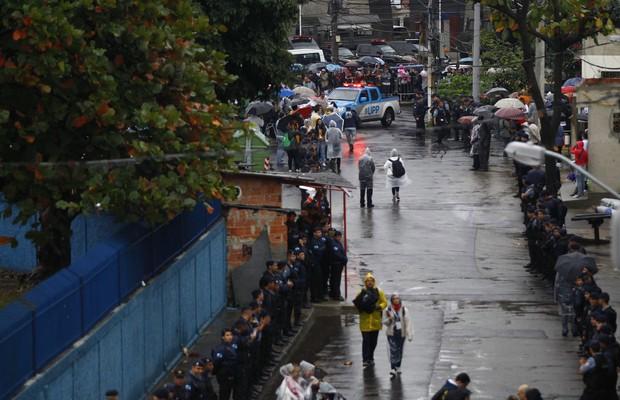O policiamento na favela de Varginha, na Comunidade de Manguinhos (Foto: Pablo Jacob / Agência O Globo)