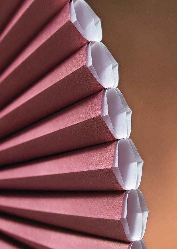 O formato celular do tecido permite a criação de bolsas de ar que dificultam a passagem de ondas de som,  além de manter o ambiente fresco no verão e de reter o calor no inverno (Foto: Divulgação)