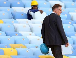 Jerome Valcke vistoria Maracanã (Foto: Reuters)