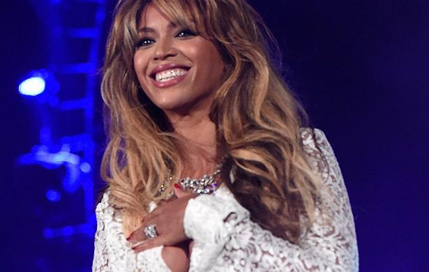 A blusinha de renda que Beyoncé usou num show em Nova York no último fim de semana de setembro, parte de uma campanha pelo fim da pobreza extrema no planeta até 2030, acabou traindo a popstar. A cantora deu um salto no meio da performance e a peça se abri (Foto: Getty Images)