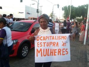 Professora Antônia Aguiar participou do protesto (Foto: Ellyo Teixeira/ G1)