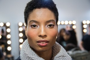 Como fazer maquiagem estilo pós-night com glitter