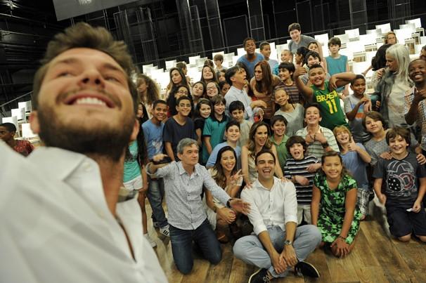 'Selfie' de Klebber Toledo e parte do elenco que participa da mensagem de fim de ano da Globo (Foto: Renato Rocha Miranda/Globo)