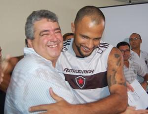 Ariano Wanderley (diretor de futebol) e Genivaldo (goleiro), do Botafogo-PB (Foto: Lucas Barros / Globoesporte.com/pb)