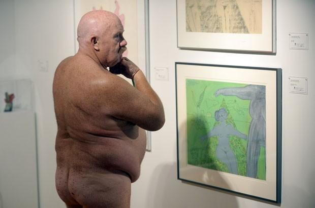 Homem é fotografado enquanto observa obra da mostra (Foto: Aaron Harris/Reuters)