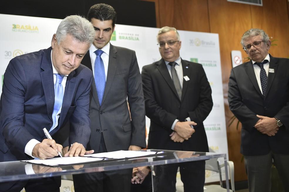 Rollemberg assina contrato com empresa para captação de água do Paranoá (Foto: Andre Borges/Agência Brasíli)