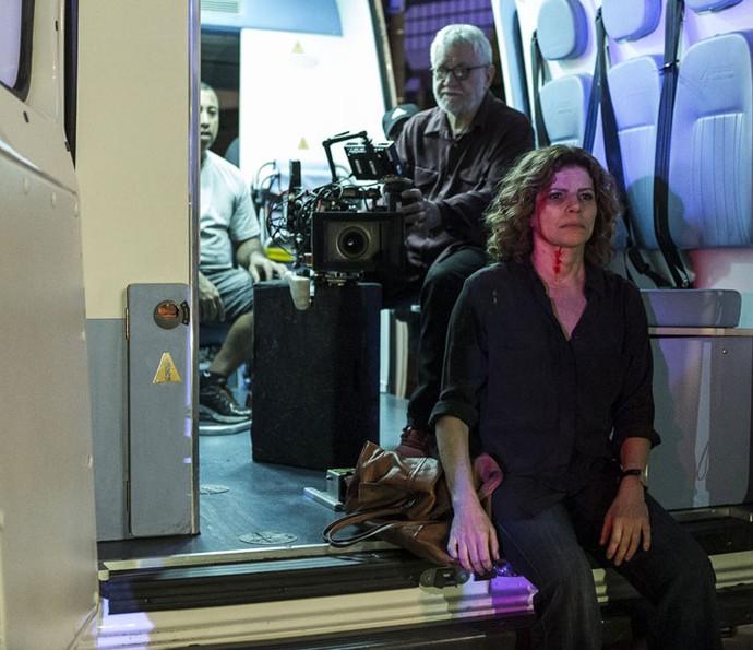 Debora Bloch é observada atentamente pelo diretor Walter Carvalho (Foto: Ellen Soares/Gshow)