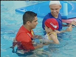 O Corpo de Bombeiros passou técnicas de sobrevivência a pais e filhos, em Palmas (Foto: Reprodução/TV Anhanguera)