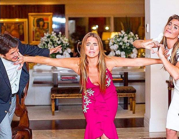 Branca Feres brinca com os noivos (Foto: Reprodução)