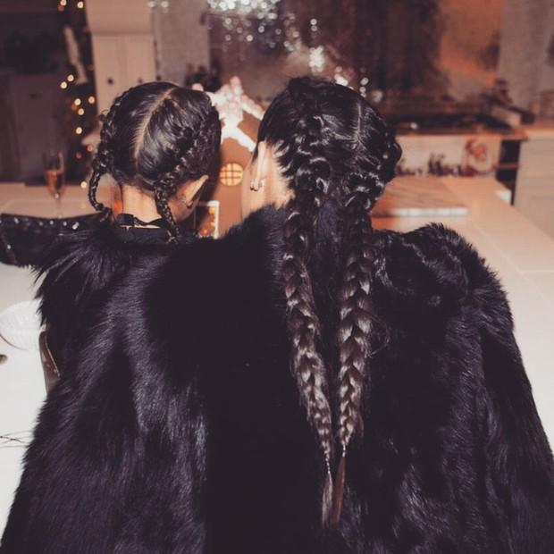 Kim Kardashian e North West com as boxer braids feitas por Jen Atkin no Natal (Foto: Reprodução/ Instagram)