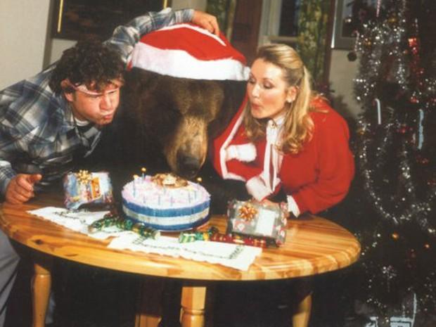 Urso Hércules viveu por mais de duas décadas com Maggie Robin e seu marido, Andy (Foto: BBC/Hercules the Bear A Gentle Giant in the Family I Maggie Robin )