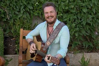 """André Polonca canta no """"Roda de Viola"""" (Foto: Reprodução TV Fronteira)"""
