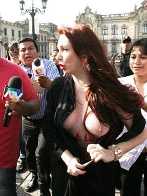 Vanessa, durante protesto no Peru (Foto: Alessandro Currarino/Divulgação)