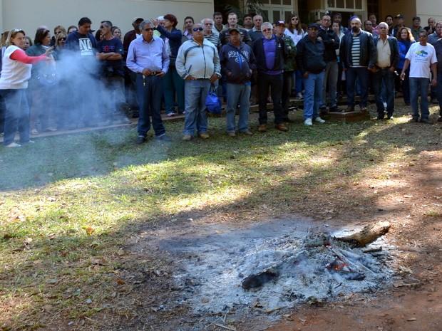 Grevistas fizeram fogueira para aguentarem o frio no campus da USP Piracicaba (Foto: Fernanda Zanetti/G1)