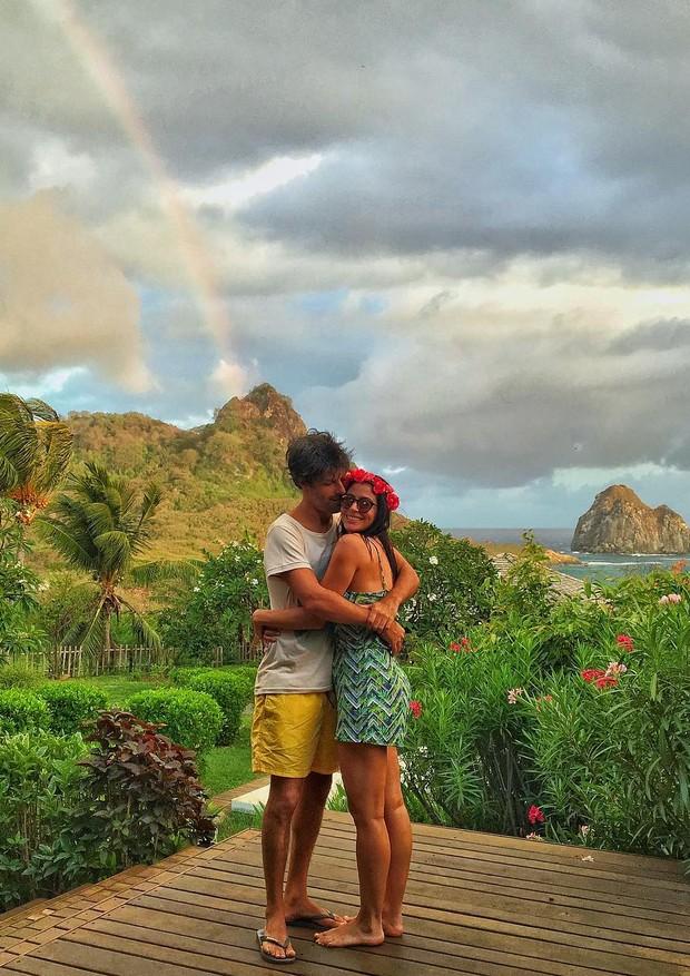 Carol Castro postou foto em cenário paradisíaco com o amado, Felipe Prazeres (Foto: Reprodução)