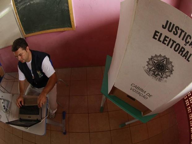 Técnicos do TRE fazem teste de transmissão de dados via satélite no Pará. (Foto: TARSO SARRAF/ESTADÃO CONTEÚDO)