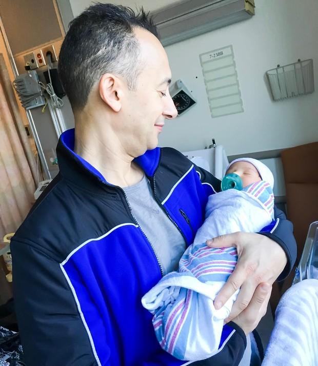 Nana Gouvea posta foto do neto Noah no colo do marido, Carlos Keyes (Foto: Reprodução do Instagram)