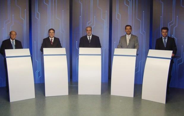 Candidatos de Rio Preto já estão posicionados para debate (Foto: Marcos Lavezo / G1)