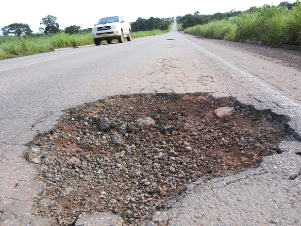 Buraco na rodovia pode ter provocado o acidente (Foto: Paparazzo Caminhões da BR-153/ Divulgação)