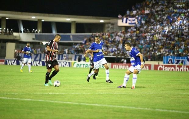 Luis Fabiano carrega a bola no meio da zaga do CSA (Foto: Jonathan Lins/G1)