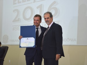 Dr Hildon Chaves recebendo título de diplomação em Porto Velho (Foto: Jonatas Boni/ G1)