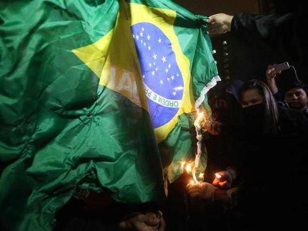 Manifestantes queimam uma bandeira do Brasil durante concentração no vão livre do Museu de Arte de São Paulo (Masp), na Avenida Paulista, para um ato contra a realização da Copa do Mundo no Brasil (Foto: Alex Silva/Estadão Conteúdo)