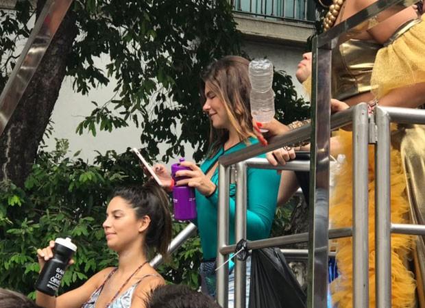 Mariana Goldfarb checa celular durante percurso do Bloco da Preta (Foto: QUEM)