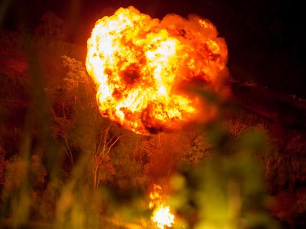 O carro de Pedro cai na ribanceira e explode (Foto: Fabiano Battaglin / Gshow)